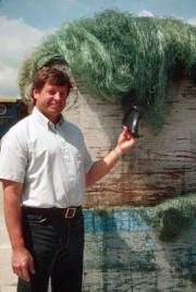Steve Hendrickson mit einem aus recycelten Stellnetzen hergestellten Fahrradsattel